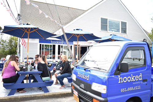Montauk-visitors-dining-out-front-by-Carter